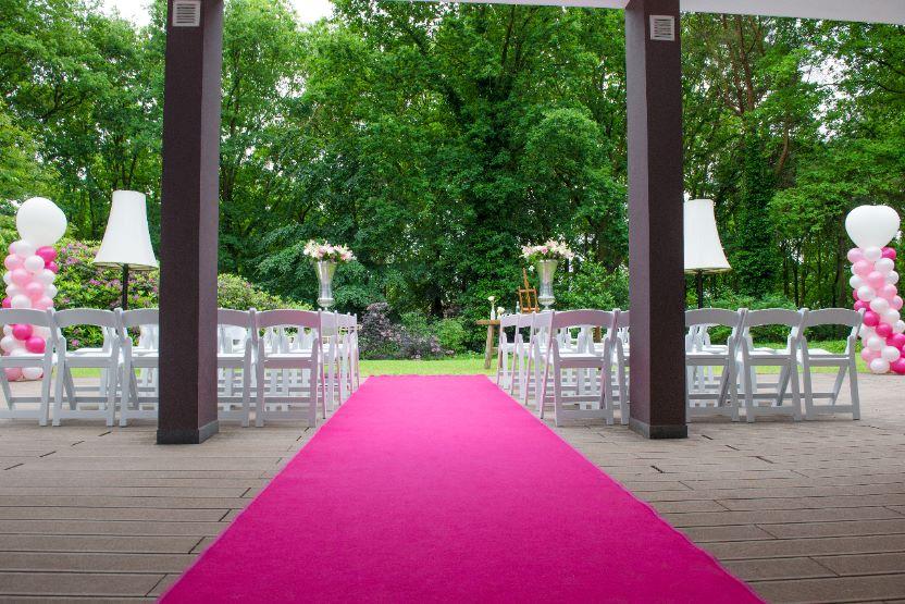 Roze loper uitgerold voor een bruiloft bij Hoog Holten